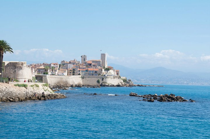 Mar, torres y murallas medievales en Antibes