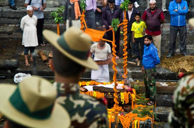Incineración funeraria con honores en Pashupatinath, en Katmandú, Nepal