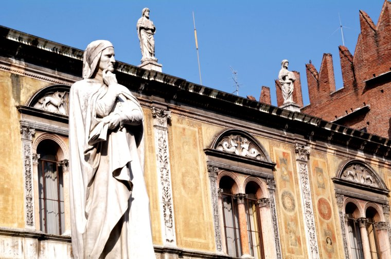 Estatua de Dante en la Piazza dei Signori, en Verona