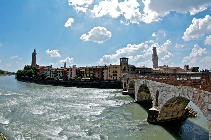 Puente de Piedra sobre el río Adigio, en Verona