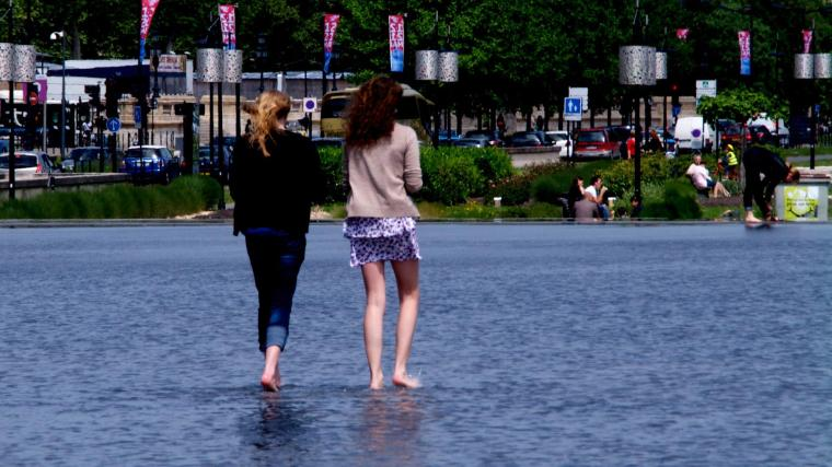 """""""Caminando sobre las aguas"""" en el espejo de agua frente a la Plaza de la Bolsa"""