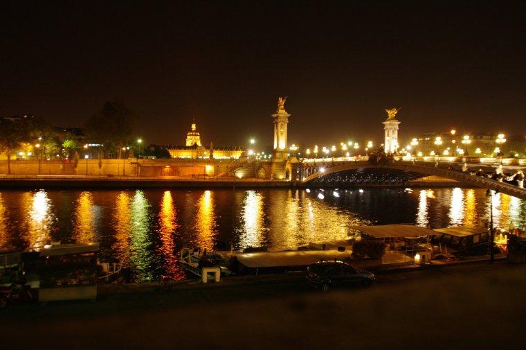Vista nocturna del Sena y el puente Alejandro III