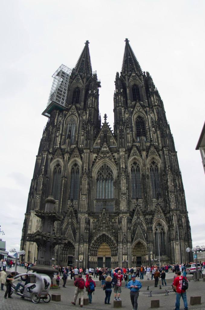 Fachada principal de la catedral, donde se guarda el relicario de los Tres Reyes Magos