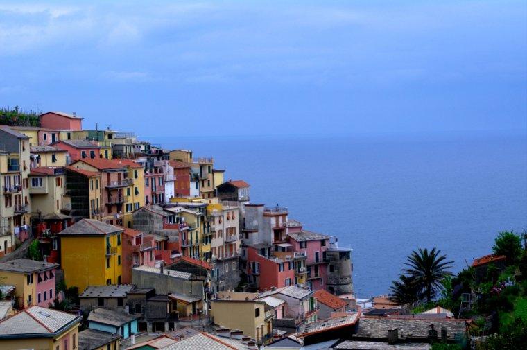 El contraste entre las fachadas multicolor, el mar y el cielo, en Cinque Terre