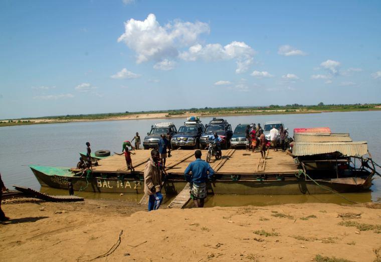 Transbordador para cruzar el río Tsiribihina