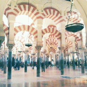 Mezquita de Córdoba: sala de oración, con 1.300 columnas de mármol, jaspe y granito