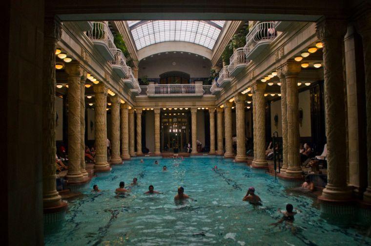 La archiconocida piscina interior de los baños Gellert