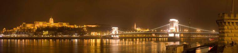 Vista nocturna del castillo de Buda y el puente de las cadenas