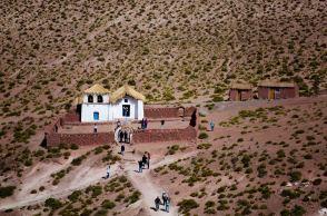 Iglesia de Machuca. En este pueblo semiabandonado viven de la agricultura y la ganadería y ahora también del turismo. Es típico parar a probar sus anticuchos de llama.