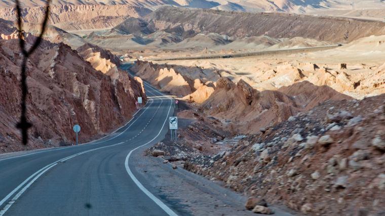 Por la carretera que une el aeropuerto de Calama con San Pedro, disfrutando ya del paisaje desértico