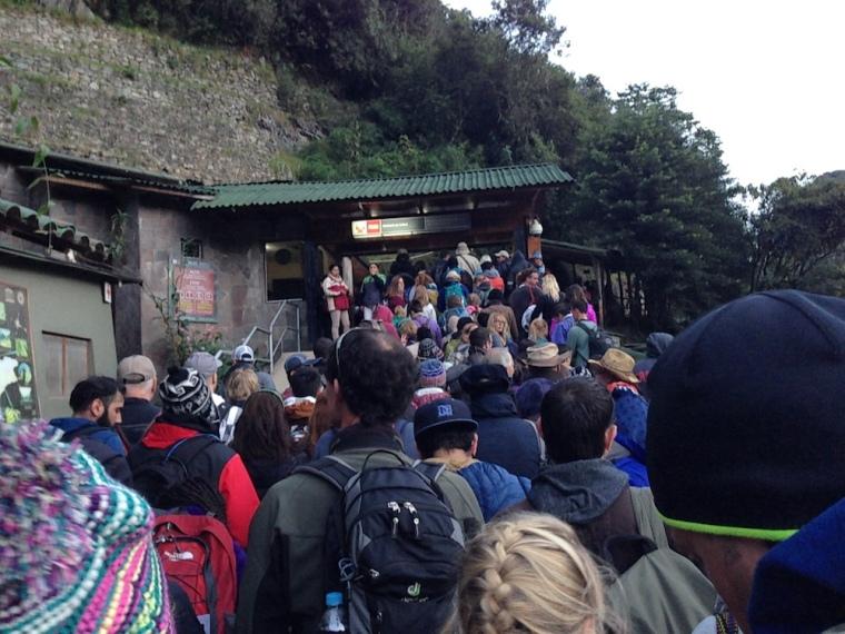 Entrada al recinto de Machu Picchu a primera hora, ya con considerables colas