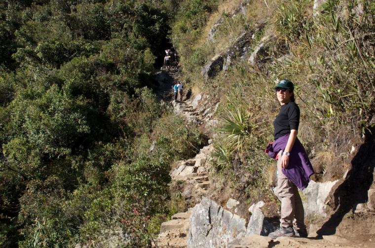 Último tramo de subida a la montaña Machu Picchu: el camino se estrecha y se hace más empinado... y duro!