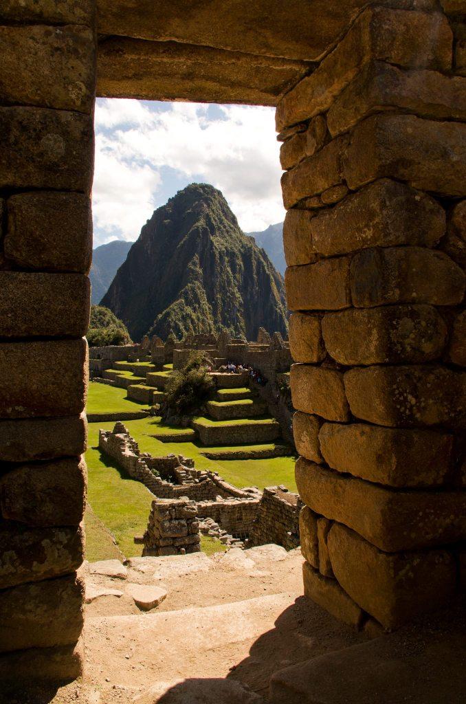 Huayna Picchu a través de una de las puertas del recinto de Machu Picchu (y la foto de la portada de nuestra Lonely Planet)