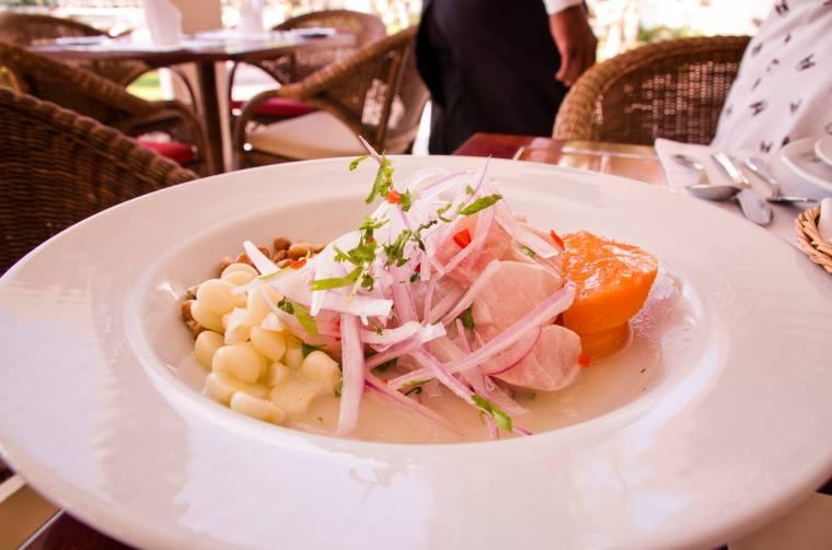 Ceviche (o cebiche), el plato por excelencia en la costa peruana. Éste del restaurante del hotel La Hacienda de Paracas estaba espectacular