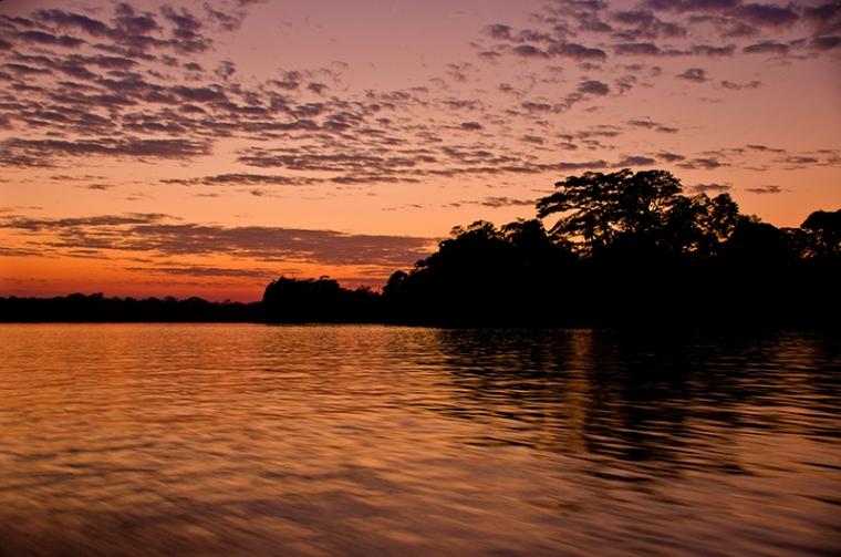 Los amaneceres y atardeceres en el río Madre de Dios son un auténtico espectáculo