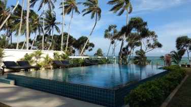"Hotel Lanka Beach Bungallows, en Tangalle. ""Infinite pool"": piscinear mirando el mar de fondo"