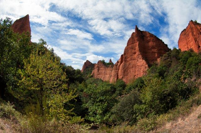 El paisaje actual de las Médulas es fruto de las minas de oro a cielo abierto que explotaron los romanos y el avance de la vegetación tras quedar éstas abandonadas