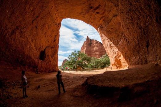 La senda de las Valiñas atraviesa las cuevas de La Encantada y La Cuevona