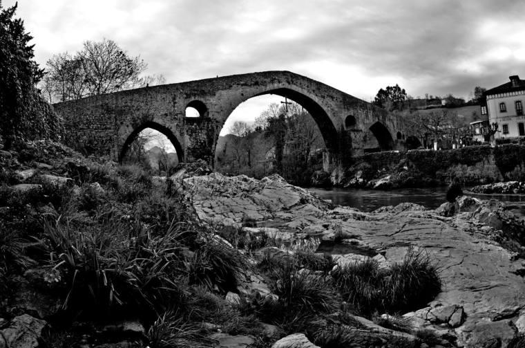 Puente romano sobre el río Sella a su paso por Cangas de Onís