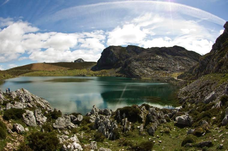 Cielo azul y despejado sobre el lago Enol, el más grande de los lagos de Covadonga