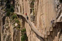 Por último se recorre una serie de pasarelas y escaleras en los frontales del desfiladero de los Gaitanes