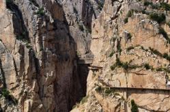 Situándote frontalmente al desfiladero puede apreciarse su estrechez y la altura a la que se ubican las pasarelas y el puente colgante