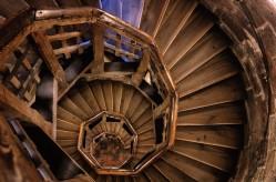 Escalera de madera para subir a la Torre Sinwell en el Castillo Imperial de Nuremberg