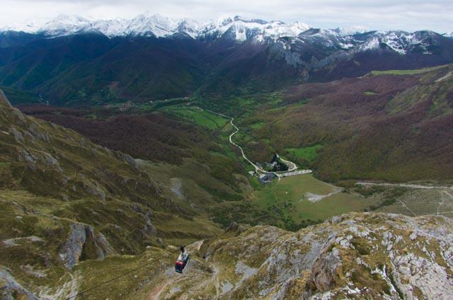 Vistas de los Picos de Europa y el teleférico de Fuente Dé desde el Mirador del Cable