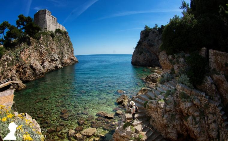 La pequeña y recogida playa Suluci, junto a la fortaleza Lovrijenac