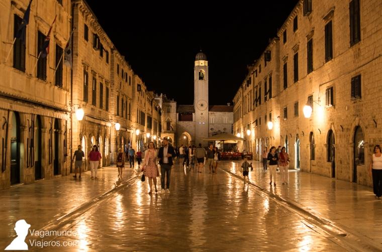 La calle Placa o Stradum es la arteria principal de Dubrovnik: su característico empedrado de mármol blanco brilla de día y de noche