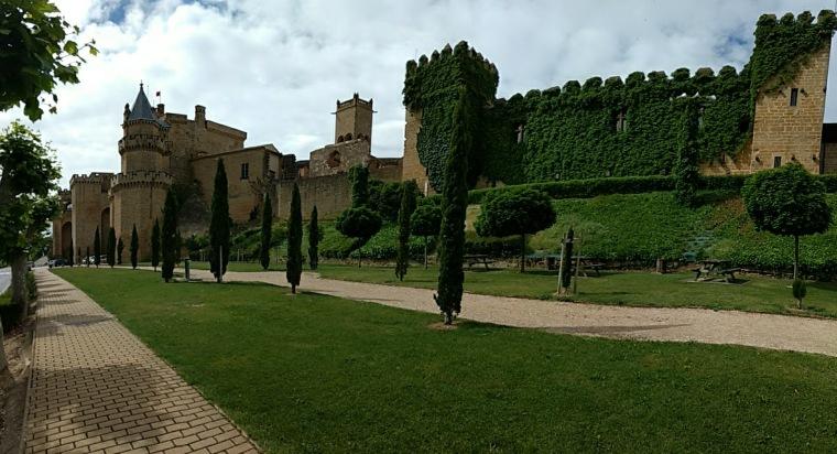 De izquierda a derecha: Palacio Nuevo, capilla de San Jorge y Palacio Viejo, actual Parador Nacional