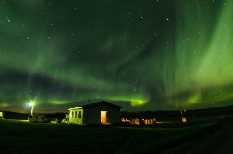 Nuestra noche verde: auroras boreales ocupando todo el cielo sobre el Guesthouse Stöng