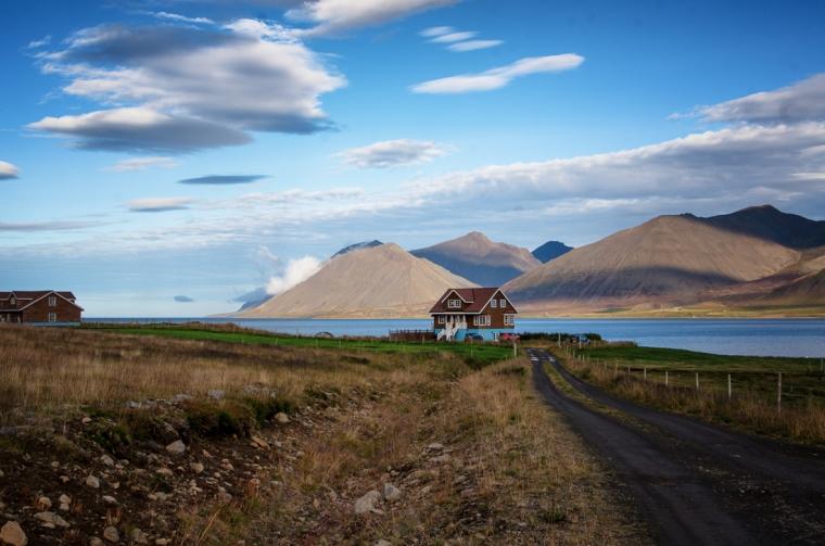 Llegando a la granja de caballos Laugabol, cerca de la cascada Dynjandi, en los fiordos del oeste de Islandia