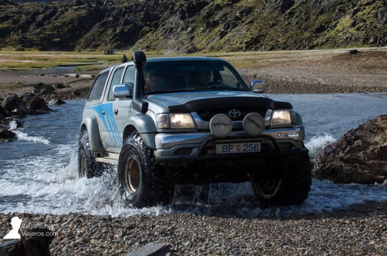Super jeep islandés: este tipo de coches son los que utilizan para llegar a las Tierras Altas y cruzar ríos sin problema