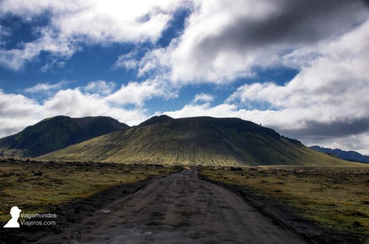 Carretera de montaña a las Tierras Altas: socavones y sin asfaltar, lo habitual en este tipo de vías