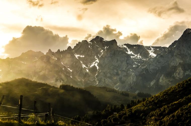 Atardecer sobre las montañas de Cantabria, España