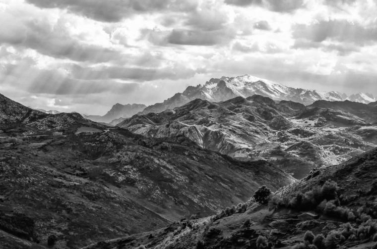La luz filtrándose a través de las nubes sobre las montañas de Cantabria, España