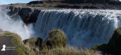 La impresionante cascada Dettifoss con sol y arco iris