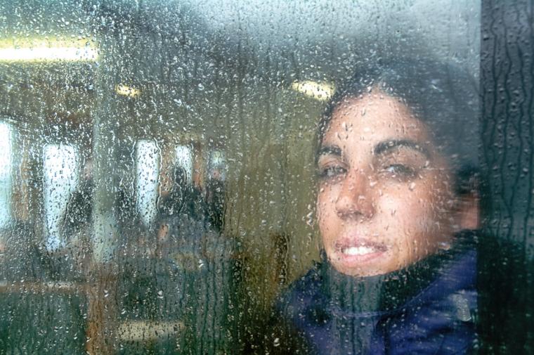Gotas de lluvia en la ventana del ferry por Milford Sound, Nueva Zelanda