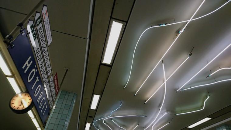 Luces de neón en el techo de la estación de metro Hötorget, en Estocolmo