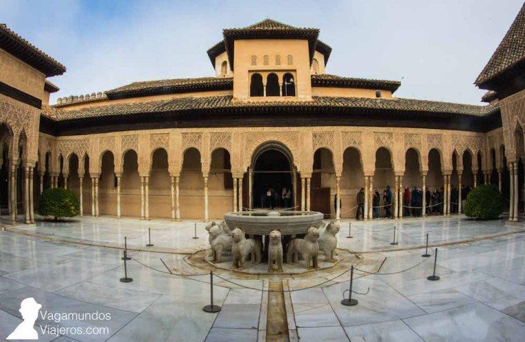Patio de los Leones, dentro de los Palacios Nazaríes: uno de los lugares más conocidos de la Alhambra