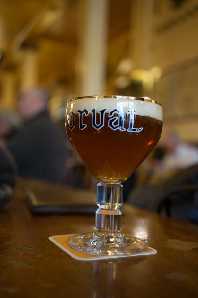 Tomando una cerveza en la tradicional cervecería A la mort subite, Bruselas
