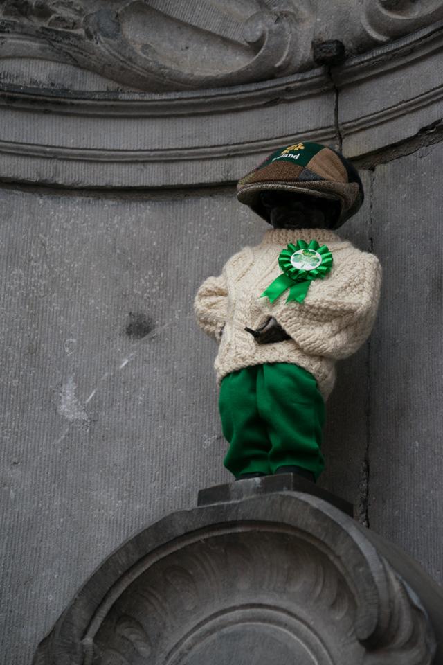 La estatua del Manneken Pis en Bruselas, disfrazada por San Patricio