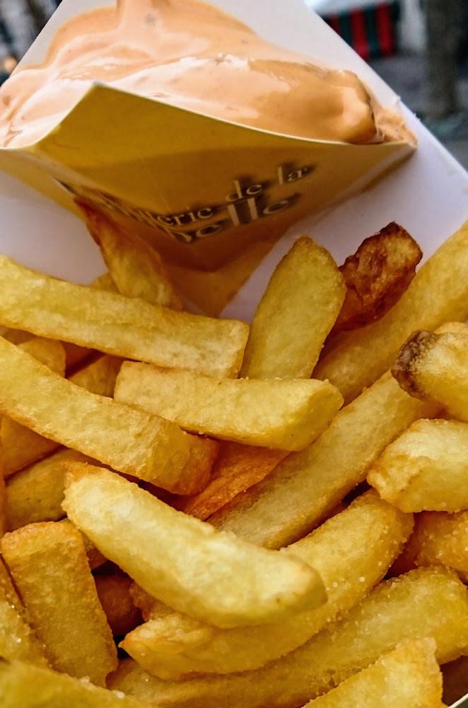 El secreto de las patatas de Bruselas está en su doble fritura, por lo que son tan crujientes