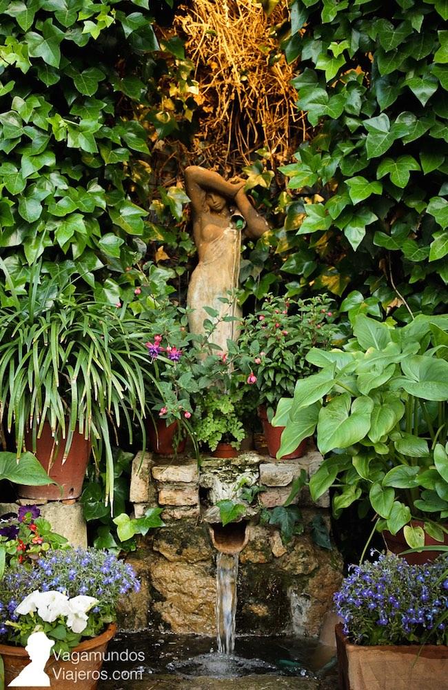 Fuente y estatua en el patio de la Campana, donde suelen realizarse además conciertos y eventos dentro del Concurso de Patios de Córdoba