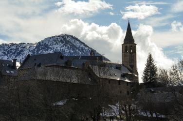 Iglesia románica de Santa Eulalia en el pueblo de Unha, Valle de Arán