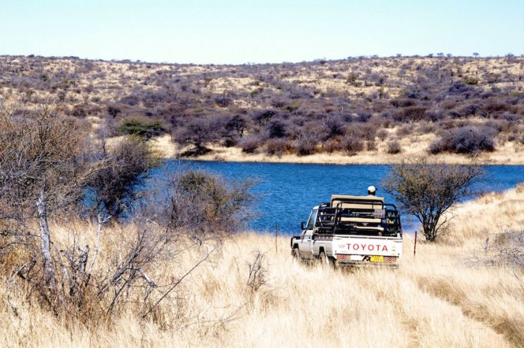 Jeep conduciendo por Namibia